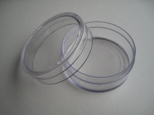 Sieben Dosen aus Kunststoff mit Steckverschluss